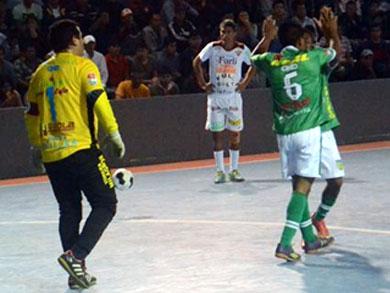 R&R Surco reafirmó su gran momento y se metió al Play-Off tras vencer a Primero de Mayo (Foto: José Salcedo / PeruFutsal.pe)
